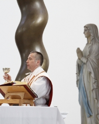 Rev. Robert Marczewski raises the chalice.
