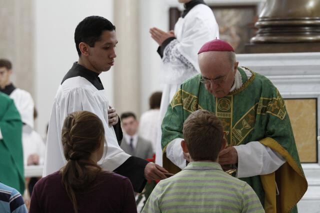 Archbishop Viganò distributes Holy Communion.