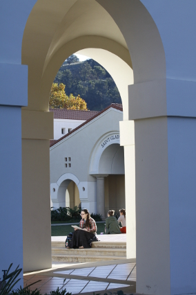 A student studies on the Chapel plaza