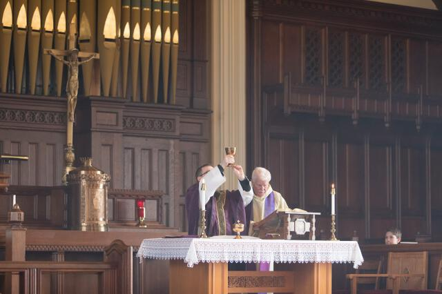 Fr. Casey elevates the chalice.